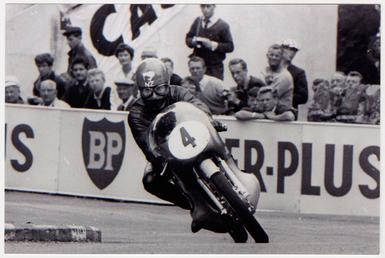 Hugh Anderson riding a Suzuki (machine number 4)…