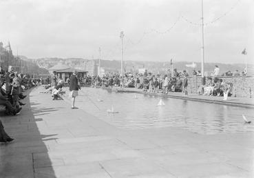 Model boats and children enjoying Loch Promenade boating…